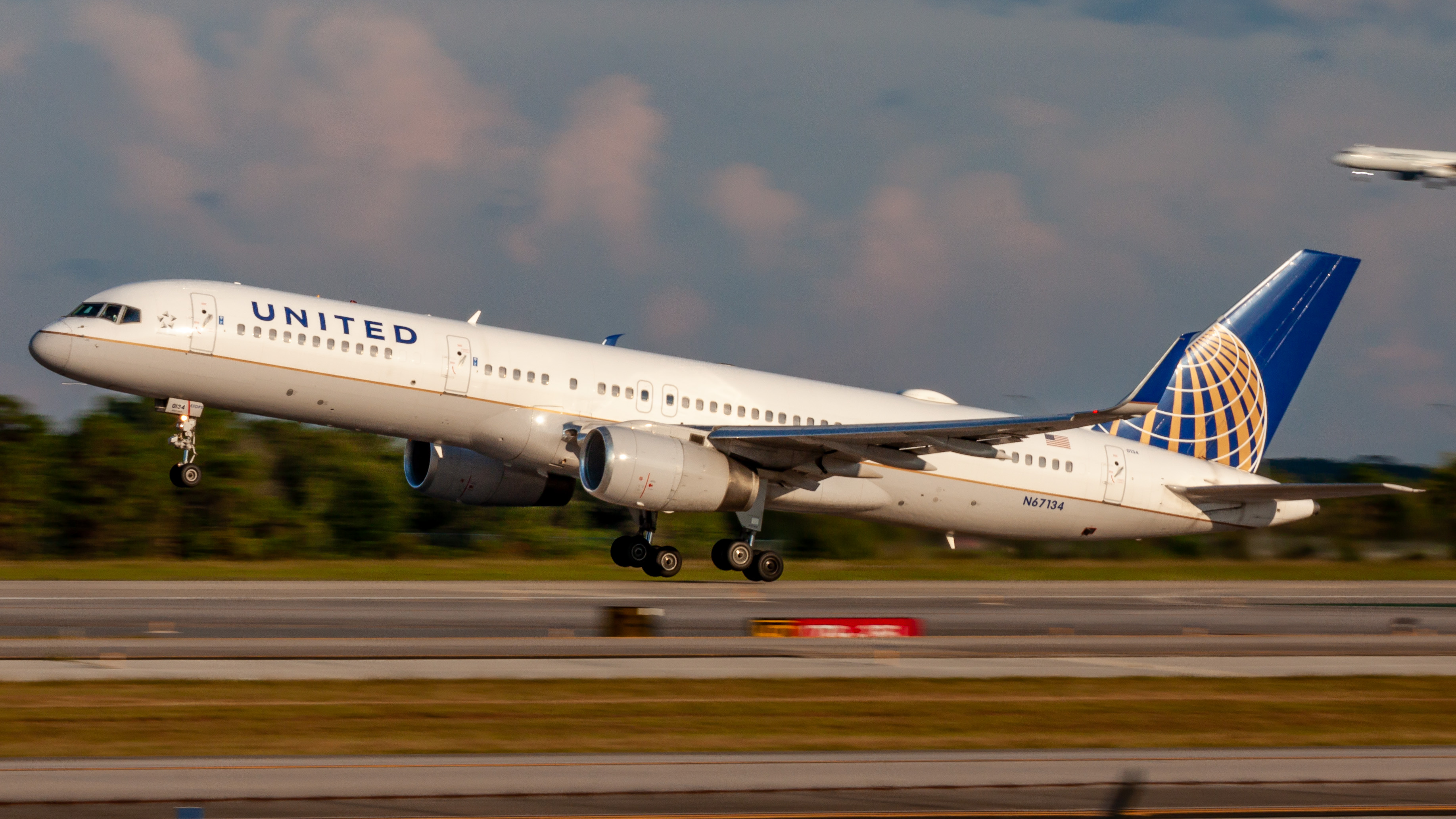 Photo of N67134 - United Airlines Boeing 757-200 at MCO