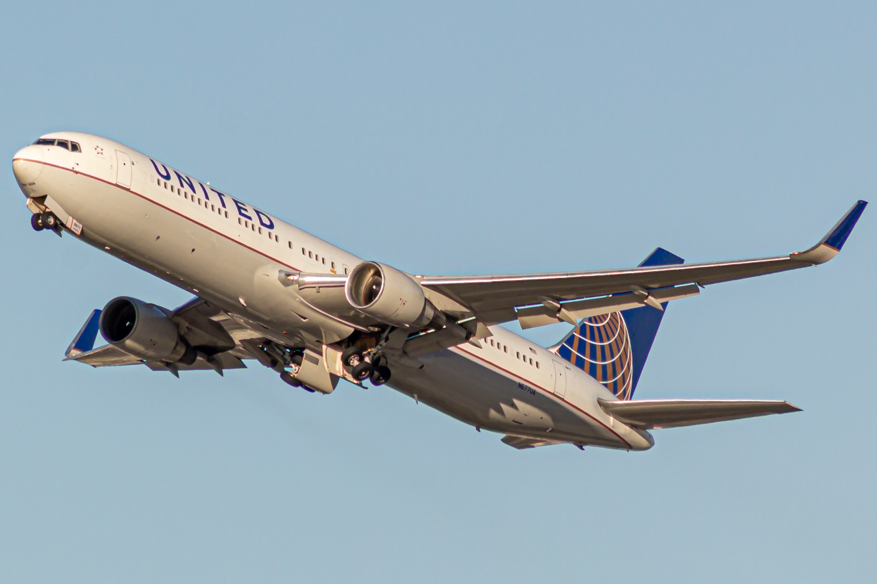 Photo of N677UA - United Airlines Boeing 767-300ER at LAX